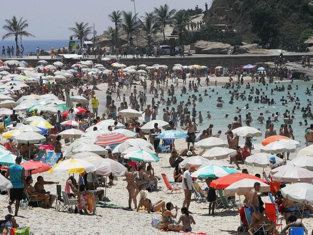 Banhistas aproveitam o feriado para se refrescar na praia do Arpoador, na Zona Sul do Rio de Janeiro, no primeiro dia do ano (Foto: Fábio Gonçalves/Agência O Dia/Estadão Conteúdo)