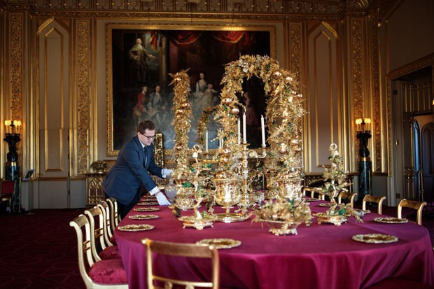 WINDSOR, ENGLAND - NOVEMBER 23: An employee poses by the table in the State Dining Room which has been decorated for the Christmas period with silver-gilt pieces from the Grand Service on November 23, 2017 in Windsor Castle, England. The Windsor Castle St (Foto: Getty Images)