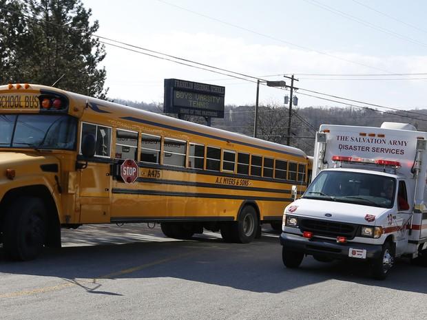 Ambulância chega para atendimento de feridos em ataque em escola nos EUA (Foto: Keith Srakocic/AP)