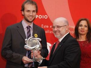 Modelo de negócio foi premiado pela CNI na edição 2013 do Prêmio Nacional de Inovação na terça-feira (23) na categoria 'Modelo de Negócio''; o sócio Lucas recebendo o prêmio (Foto: CNI / Divulgação)