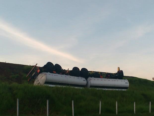 Motorista perdeu o controle, saiu da pista e capotou (Foto: Uelton Pereira/Vanguarda Repórter)