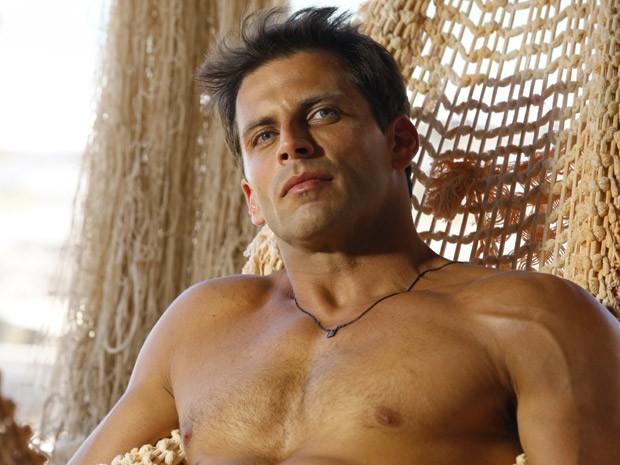 Henri Castelli esbanja boa forma na pele do piloto Cassiano (Foto: Flor do Caribe/ TV Globo)