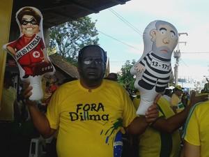 Funcionário público Carlos Arrais se manifestou com a máscara do ministro Joaquim Barbosa (Foto: Catarina Costa/G1)