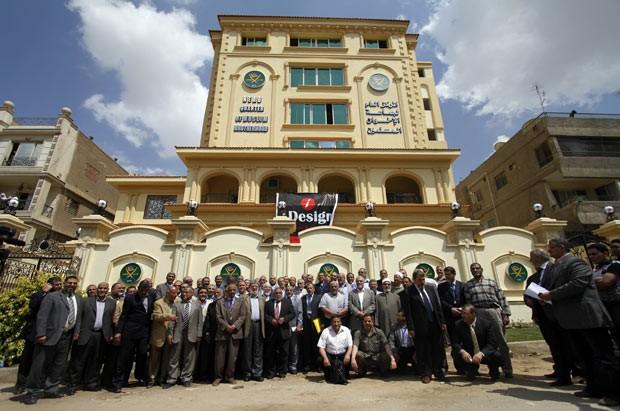 Integrantes da Irmandade Muçulmana são fotografados em frente à sede do grupo no Cairo em 30 de abril de 2011 (Foto: AP)