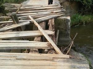 Ponte ficou destruída após o acidente com caçamba (Foto: Charles Schelter/ Divulgação)