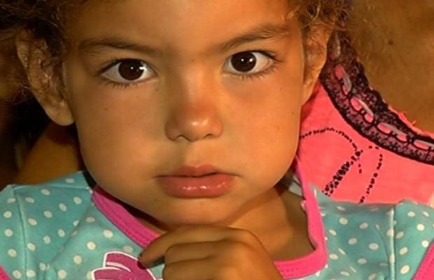 Evellyn precisa de uma cirurgia para corrigir problemas de saúde, em Rio Verde, Goiás (Foto: Reprodução/TV Anhanguera)