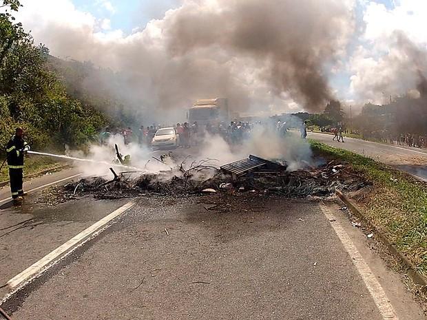 BR-324 é liberada após protesto na Bahia (Foto: Ivanildo Santos/ TV Bahia)