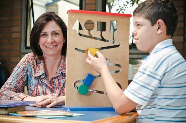 BOM COMEÇO Mônica brinca com Gabriel em sua primeira visita ao Instituto ABCD, em São Paulo. Ele chegou ao 5º ano com dificuldades de leitura (Foto: Leticia Moreira/ÉPOCA)