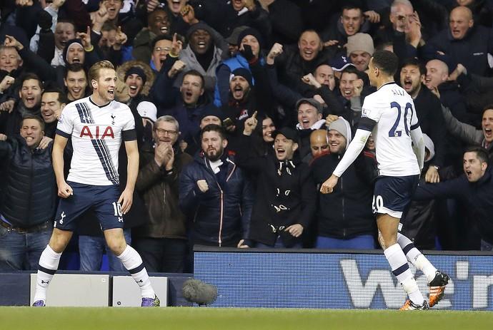 Harry Kane comemora gol Tottenham Hotspur com Dele Alli (Foto: AP Photo/Frank Augstein)