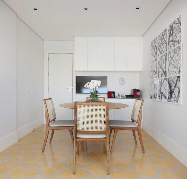 Copa | A queridinha do lar ganhou piso revestido por ladrilho amarelo da Brasil Imperial, modelo Minha Rua  Carioca. PRODUTOS (Foto: Mesa e cadeiras da Estar móveis)
