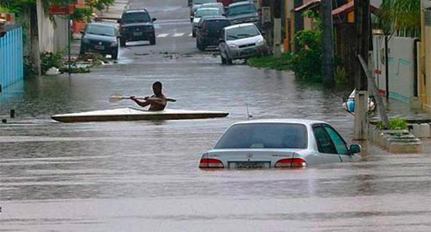 Carro na enchente (Foto: SECOM Bahia)
