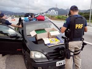 Drogas eram trasportadas por jovem e seriam levadas para o RS (Foto: PRF/Divulgação)