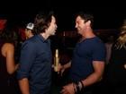 Gerard Butler se diverte com Taylor Kitsch em festa no Rio