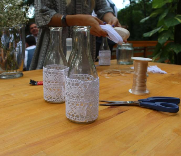 Garrafas podem ser recicladas para decorar mesas e servir de lembranças (Foto: Maria Eduarda Freitas/Gshow)