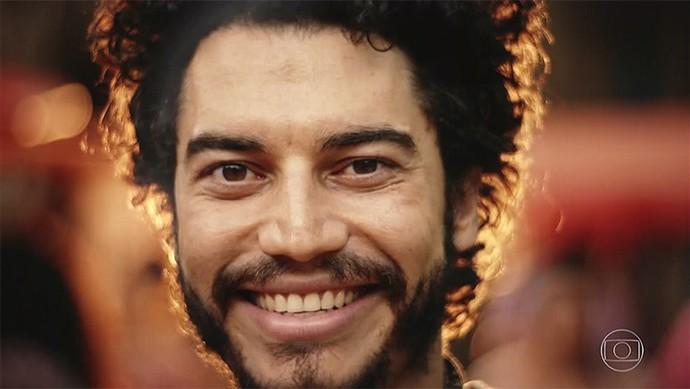 Martim fica feliz ao ouvir Iolanda cantar (Foto: TV Globo)