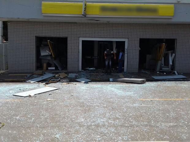Homens armados atacaram banco e explodiram caixas eletrônicos em Pedra Preta (MT) (Foto: Maycon Araújo/TVCA)