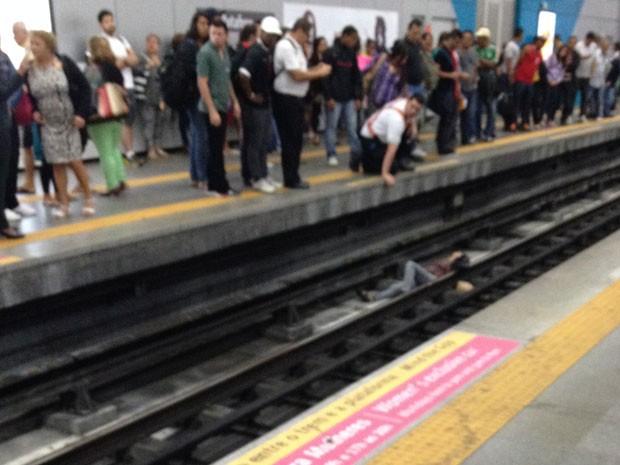 Leitor fotografou o a mulher nos trilhos da estação Botafogo do metrô (Foto: Lucas Felipe Jerônimo / Vc no G1)