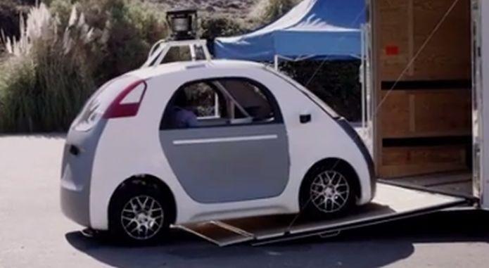 Traseira do carro do Google, que aposta no design redondo e compacto (Foto: Reprodução/YouTube)