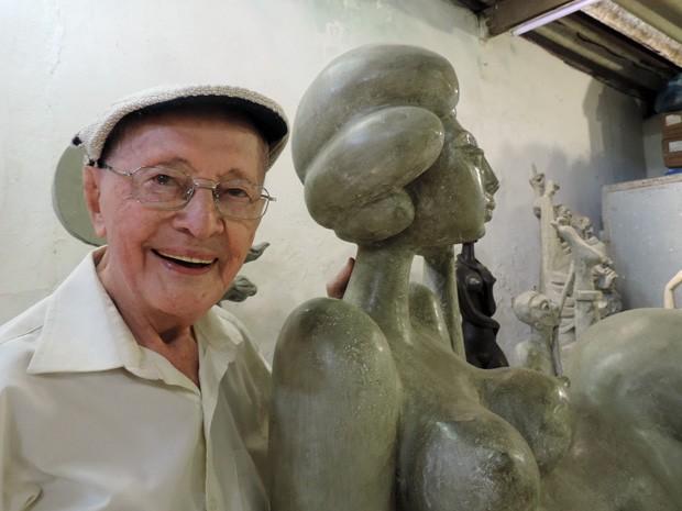 Apaixonado pela figura feminina, Abelardo da Hora já fez uma série de esculturas de mulheres (Foto: Katherine Coutinho / G1)