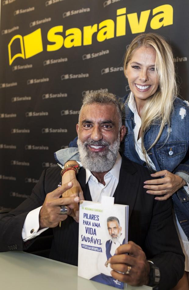 """Mohamad Barakat e Adriane Galisteu. """"Ninguém dá o caminho das pedras, mas ele deu"""", disse ela, sobre a obra do médico (Foto: Fred Chalub / Ed. Globo)"""