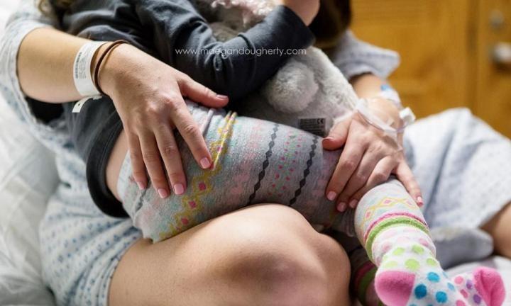 Mãe amamenta filha (Foto: Facebook)