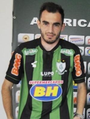 Flávio Lopes apresenta o lateral Eduardo (Foto: Divulgação / América-MG)