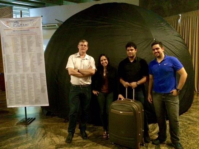 Equipe de Física da Uerj ao lado do planetário inflável e da mala em que ele é transportado (Foto: Káthia Mello/G1)