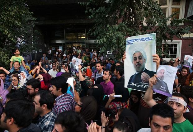 Partidários de Hassan Rowhani celebram sua vitória neste sábado (15) em Teerã (Foto: AFP)