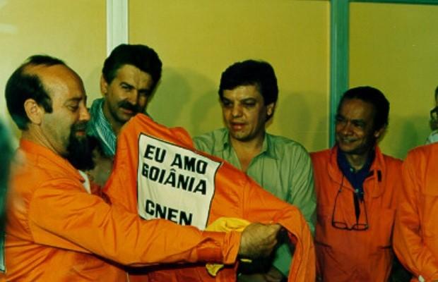"""Servidores do Cnen vestiram macacões com a frase """"Eu amo Goiânia"""" no final do acidente com o césio-137, em Goiânia, Goiás (Foto: Reprodução/TV Anhanguera)"""