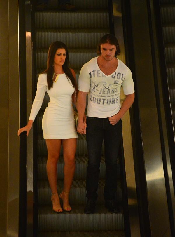 Thor Batista e a namorada usam looks justinhos e mostram corpões