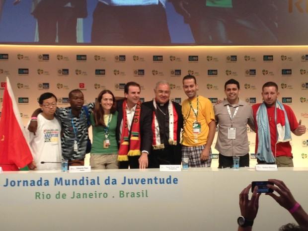 Eduardo Paes e dom Orani Tempesta com os jovens da Jornada (Foto: Mariucha Machado/G1)