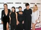 Kylie Jenner usa branco em festa e brinca com irmãs vestidas de preto