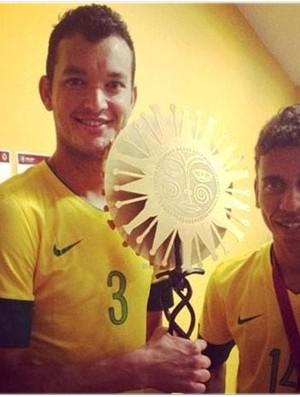 Réver e Marcos Rocha exibem taça do Superclássico (Foto: Reprodução / Assessoria de imprensa)