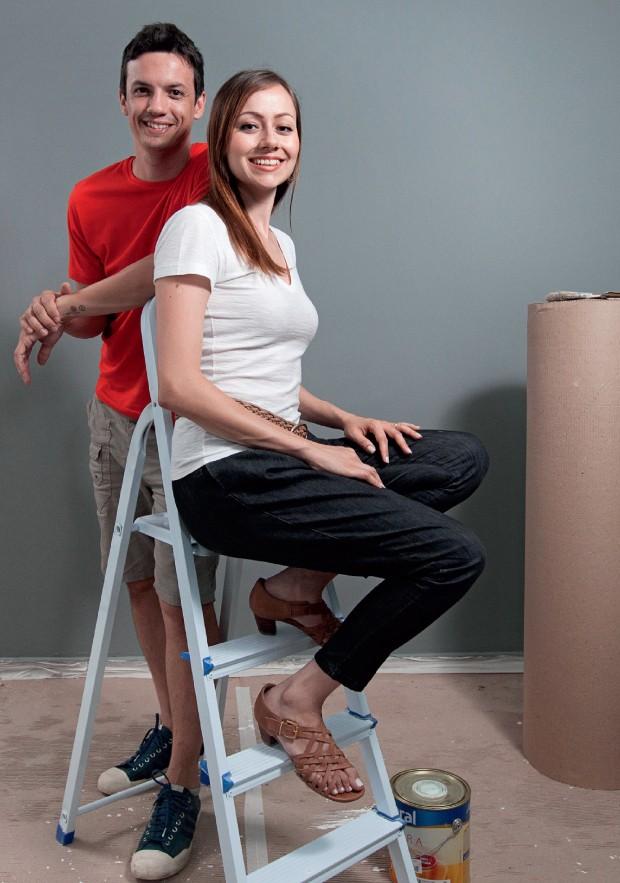 BEM RESOLVIDOS O casal paulista Emerson Fernandes e Thais Borgo, junto na reforma do apartamento. Ela ganha mais – e ele apoia (Foto: Marcelo Min/Fotogarrafa/ÉPOCA)