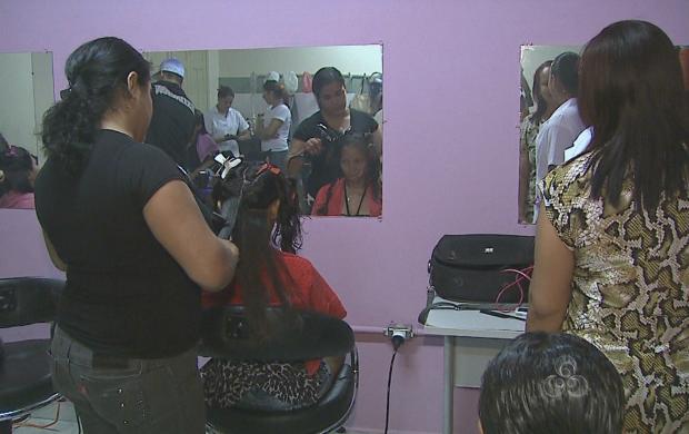 Salão recebe alimentos e fraldas no lugar do pagamento pelos serviços (Foto: Acre TV)