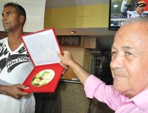 Gilson, do Plácido, recebe troféu de melhor zagueiro do Acreano 2013 (Foto: Manoel Façanha/Arquivo Pessoal)