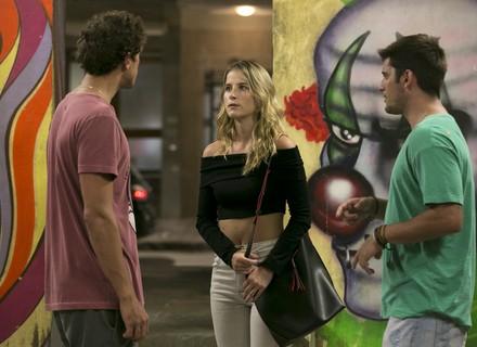 Gabriel flagra Toninho fazendo carinho em Bárbara