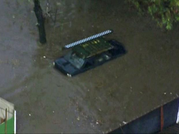 Carro submerso na Penha nesta quarta-feira (Foto: Reprodução/TV Globo)