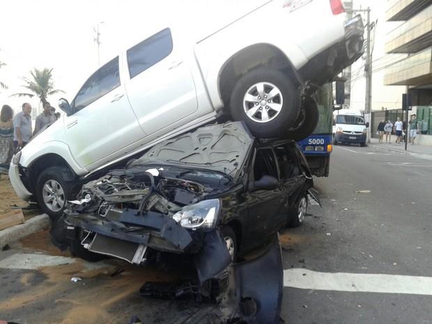 Houve colisão entre dois carros e um ônibus (Foto: Leitor / A Gazeta)
