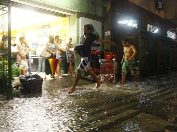 Pedestres andam debaixo de chuva forte em Copacabana. (Foto: Pedro Kirilos / Agência Globo)