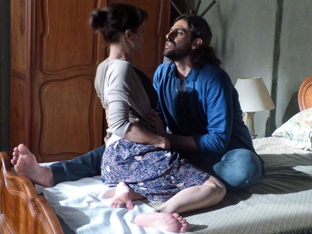 Cora quer saber se ele serão namorados (Foto: TV Globo)