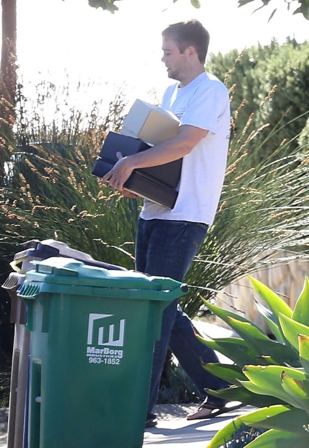Cody Walker retirar objetos da mansão do irmão (Foto: AKM-GSI)