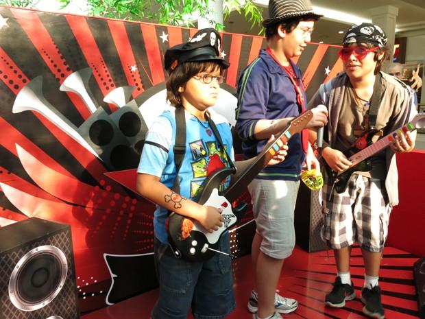 Crianças jogam games e simulam show de rock em palco improvisado (Foto: Anna Gabriela Ribeiro/G1)