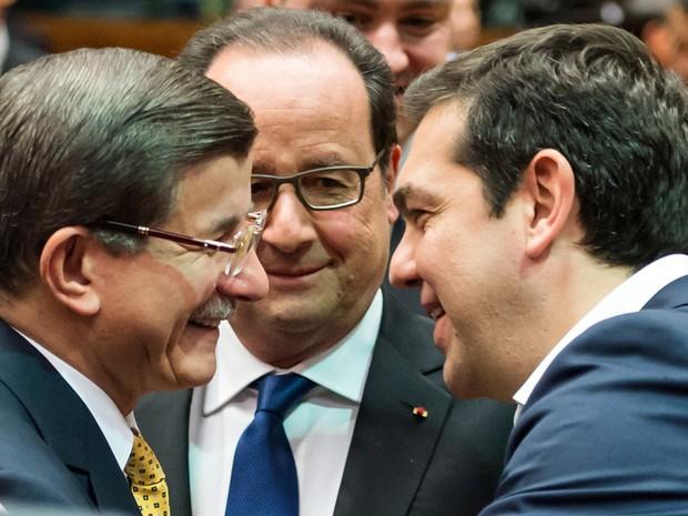 O premiê turco Ahmet Davutoglu (esq.) conversa com o presidente da França François Hollande (centro) e o primeiro-ministro grego Alexis Tsipras durante o encontro em Bruxelas (Foto: Geert Vanden Wijngaert/AP)