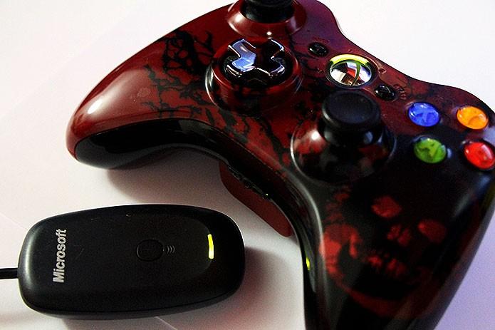O controle do Xbox 360 sem cabo precisa de um receptor wireless para funcionar (Foto: Reprodução/Tais Carvalho)