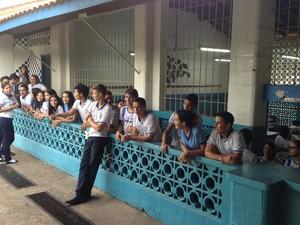 Durante intervalo das aulas, alunos comemoram a boa colocação da escola no Enem (Foto: Joab Ferreira/G1)