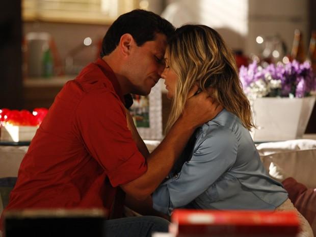 Théo promete que vai ficar com Érica (Foto: Salve Jorge/TV Globo)