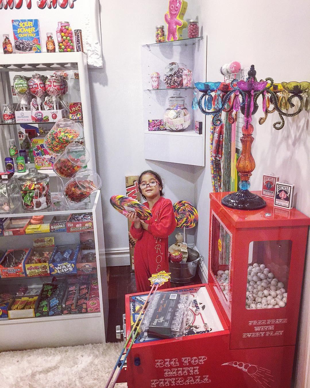 Monroe posa no seu quarto de doces (Foto: Reprodução)