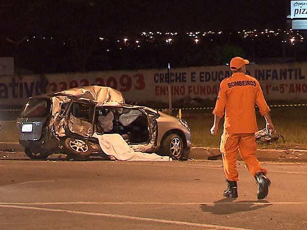 Carro que foi atingido por outro veículo junto ao viaduto do Metrô, no Park Way, no Distrito Federal, que deixou mãe e filha mortas neste domingo (11) (Foto: TV Globo/Reprodução)