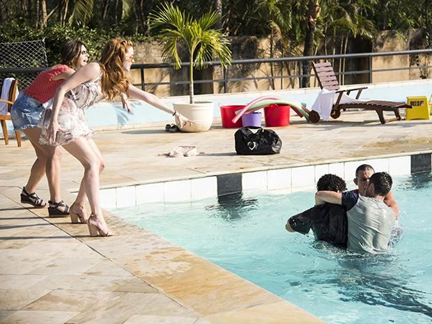 Gustavo e Emerson lutam dentro da piscina e precisam ser separados por Murilo (Foto: Raphael Dias/Gshow)